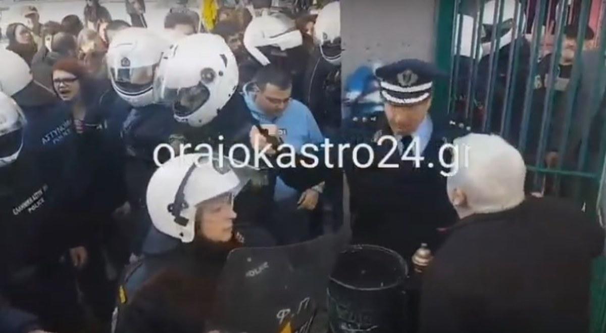 Ωραιόκαστρο: Εικόνες ντροπής σε σχολείο! Συγκρούσεις γονέων με ΜΑΤ [vid] | Newsit.gr
