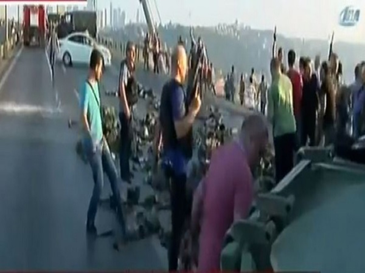 """Πραξικόπημα στην Τουρκία: Η συγκλονιστική στιγμή που ο τουρκικός λαός αφοπλίζει τους """"κινηματίες"""" που παραδίνονται (BINTEO)"""
