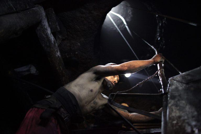 Βίαιες συγκρούσεις σε ορυχείο της Amplats με 13 τραυματίες | Newsit.gr