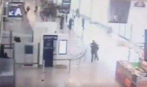 Εικόνες σοκ: Η στιγμή της ομηρίας στο αεροδρόμιο του Ορλί