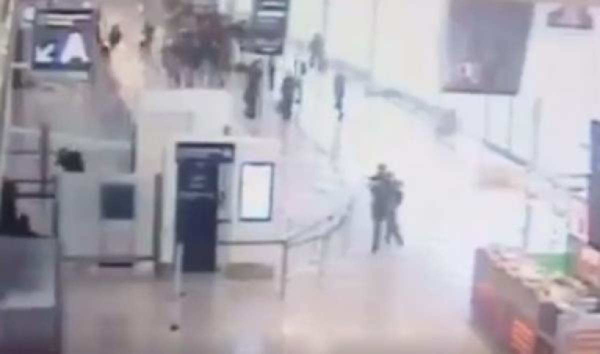 Εικόνες σοκ: Η στιγμή της ομηρίας στο αεροδρόμιο του Ορλί | Newsit.gr