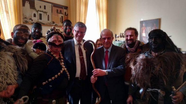 Ηράκλειο: «Μουτζούρωσαν» τον Δήμαρχο! [vid]   Newsit.gr