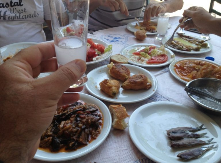 Ποιος δημοσιογράφος – παρουσιαστής εκπομπής πίνει αυτή την ώρα τα ουζάκια του στη Μυτιλήνη; | Newsit.gr