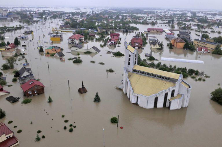 4.000 άτομα εγκατέλειψαν τα σπίτια τους λόγω των πλημμυρών στην Ουγγαρία | Newsit.gr
