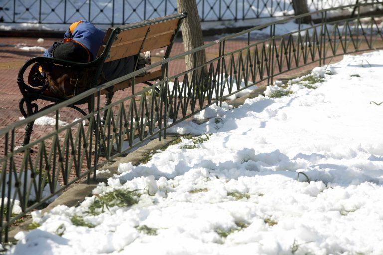 Θεσσαλονίκη: Ο δήμος μοίρασε κουβέρτες σε άστεγους | Newsit.gr