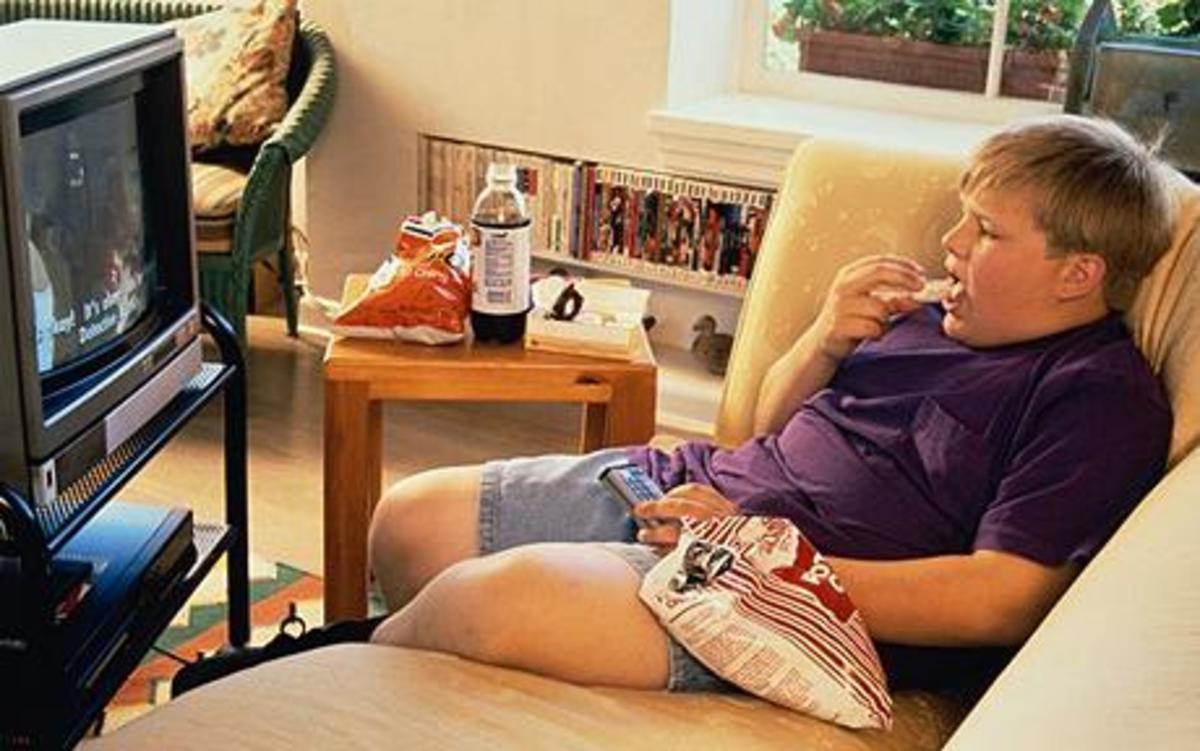 Μην αφήνετε μόνο το παιδί στο σπίτι γιατί…παχαίνει!   Newsit.gr