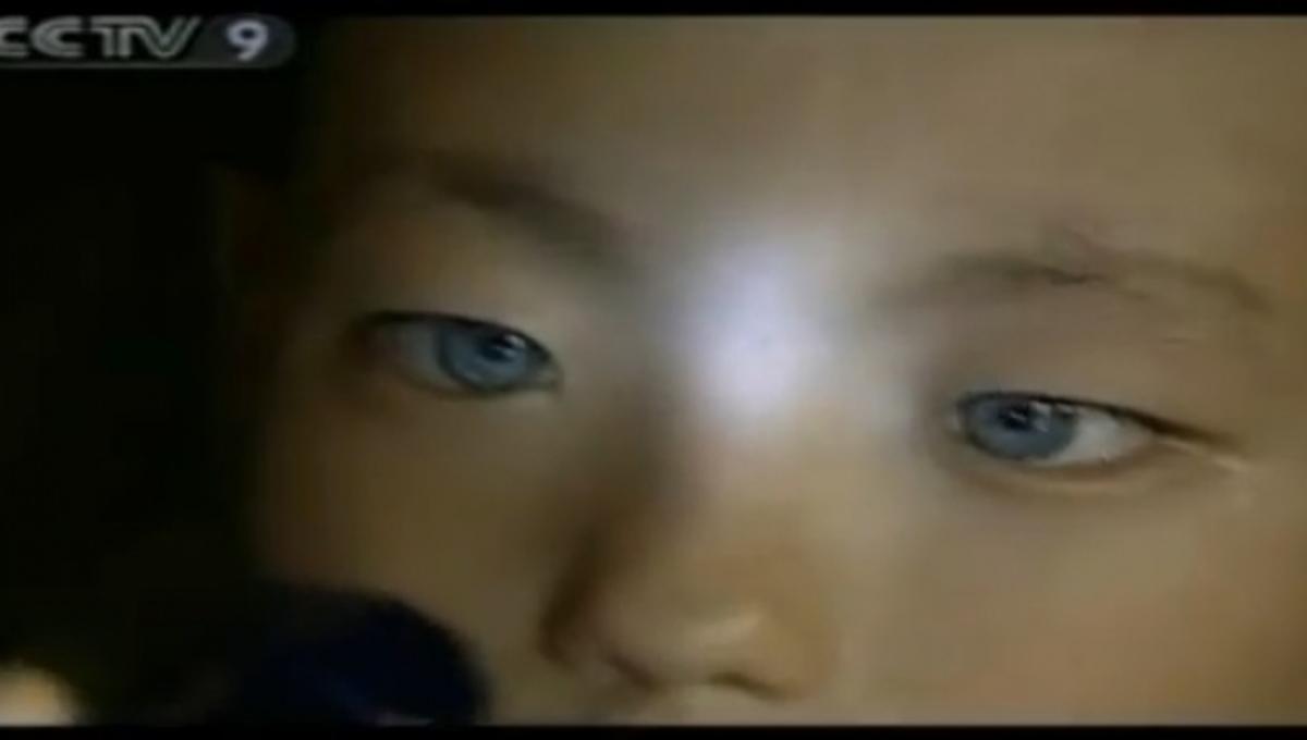 Παιδάκι βλέπει στο σκοτάδι με μάτια που λαμπυρίζουν (ΒΙΝΤΕΟ) | Newsit.gr