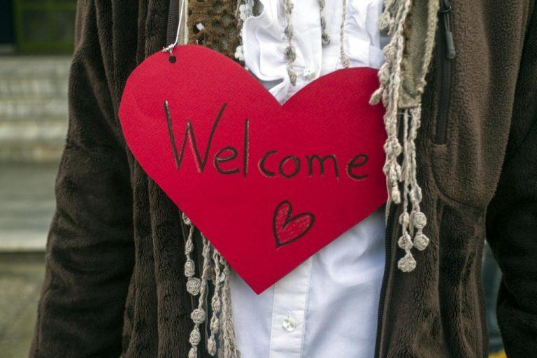 Λάρισα: Καλωσόρισαν τα προσφυγόπουλα στο 26ο δημοτικό σχολειό – Παραιτήσεις στο σύλλογο γονέων