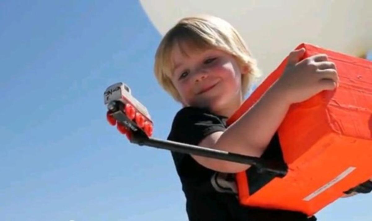 Πραγματοποίησε την επιθυμία του γιου του και έστειλε το τρενάκι στο διάστημα! Βίντεο | Newsit.gr