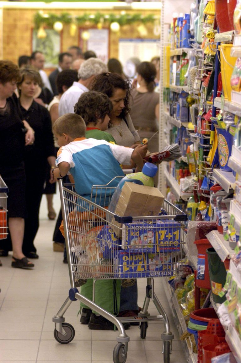 Πάτρα: Μπέρδεψαν τα παιδιά τους στο super market! | Newsit.gr