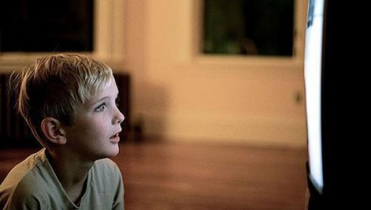 Τι μπορεί να πάθει ένα παιδί που βλέπει συνέχεια τηλεόραση; | Newsit.gr