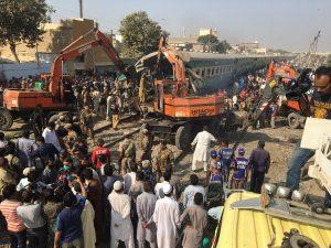 Σιδηροδρομική τραγωδία με 21 νεκρούς στο Πακιστάν [pics, vids]