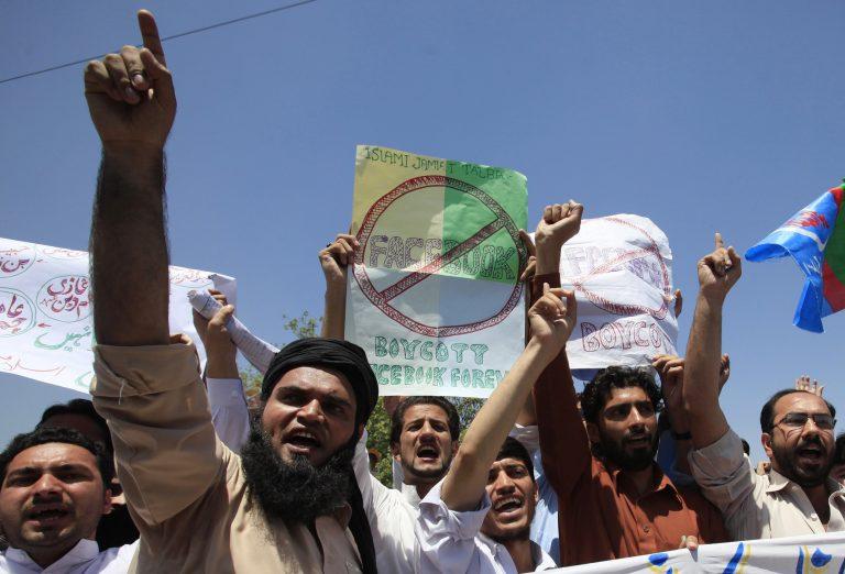 Μετά το Facebook απαγορευμένο στο Πακιστάν και το YouTube | Newsit.gr