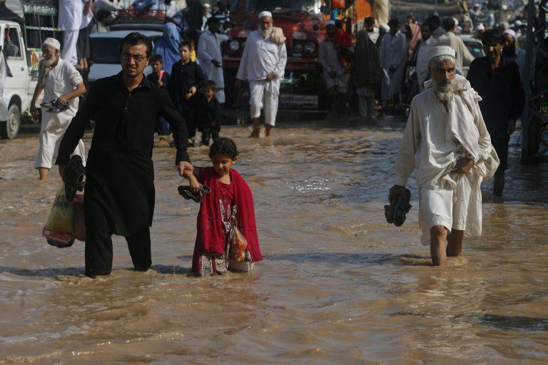 78 νεκροί και εκατοντάδες άστεγοι από πλημμύρες στο Πακιστάν | Newsit.gr