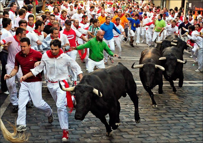 Άρχισαν στην Ισπανία οι γνωστές κούρσες στους δρόμους με τους ταύρους | Newsit.gr
