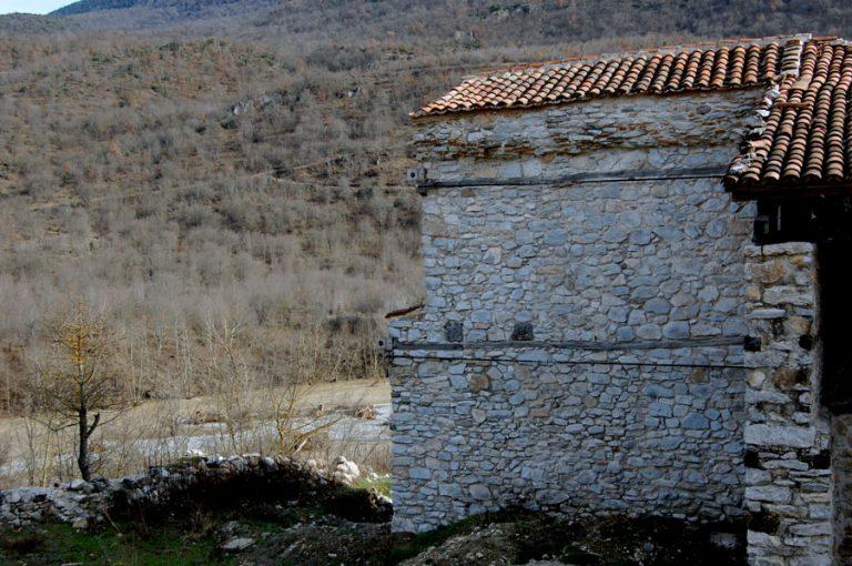 Γρεβενά: Ιερείς έσπασαν τις πόρτες για να κάνουν… εσπερινό στο μνημείο της Παναγίας! | Newsit.gr