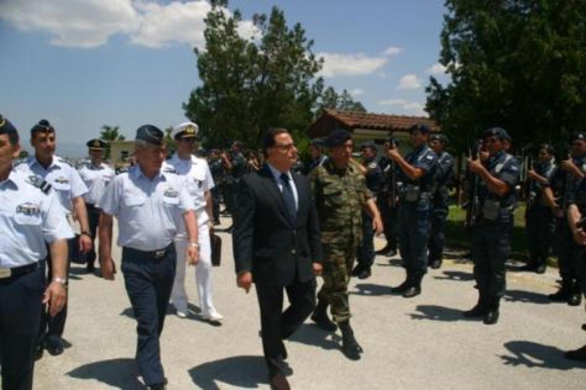 Στρατιωτικοί προς Παναγιωτόπουλο: «Υπουργέ κλείσε τη πόρτα στη τρόϊκα» | Newsit.gr