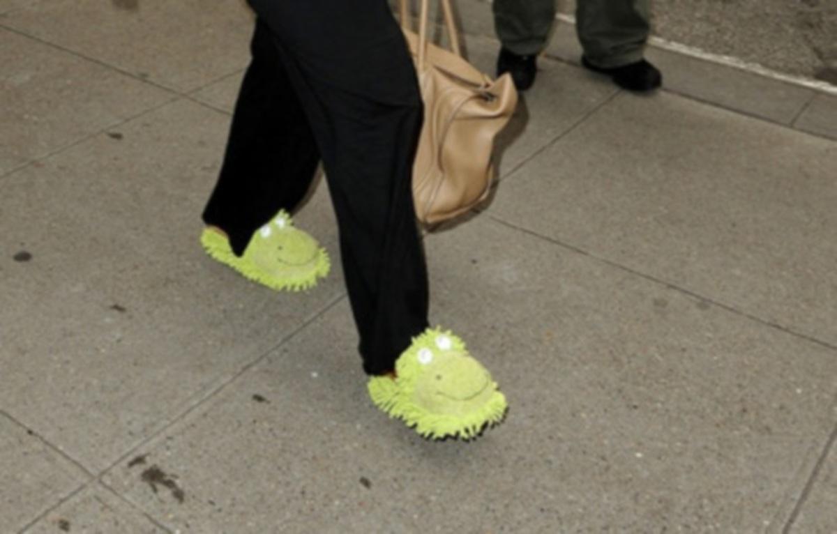 Ποια παρουσιάστρια πήγε για ψώνια φορώντας λαχανί παντόφλες;   Newsit.gr