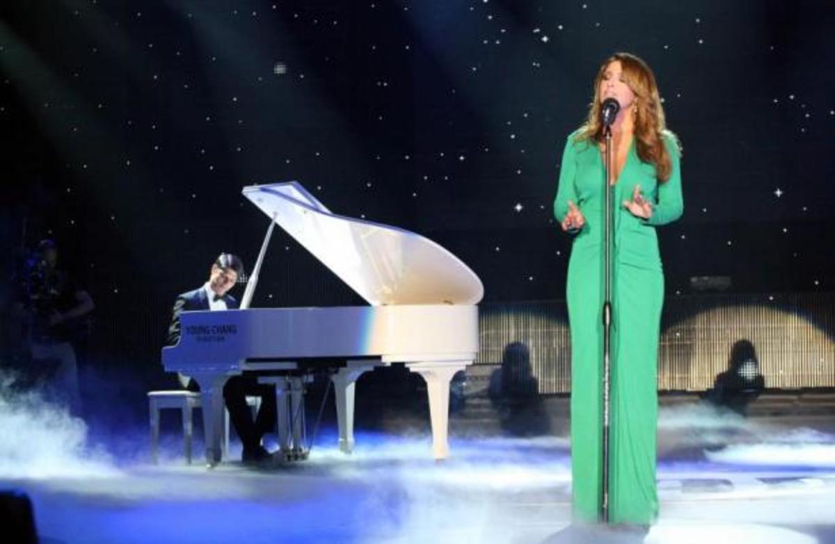 ΔΕΙΤΕ την εμφάνιση της Έλενας Παπαρίζου στα Mad Awards και ακούστε το νέο της τραγούδι! | Newsit.gr
