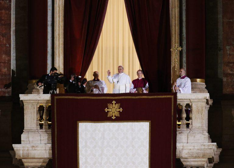 Ο νέος Πάπας αρνείται να χρησιμοποιεί την παπική λιμουζίνα   Newsit.gr