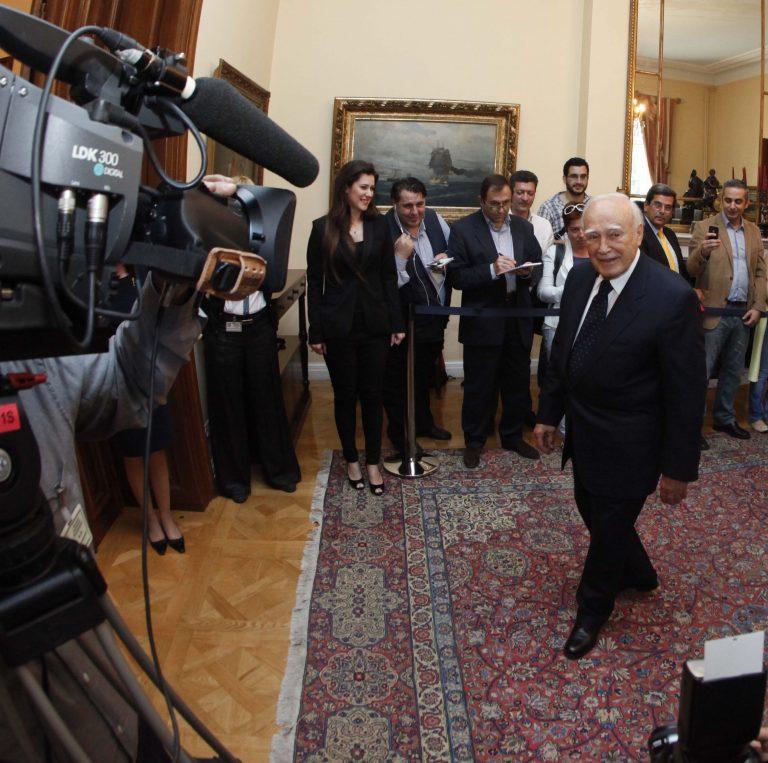 Παπούλιας:Μέχρι τις 4 της Δευτέρας είχαν βγει από τις τράπεζες 800 εκατ.€! | Newsit.gr