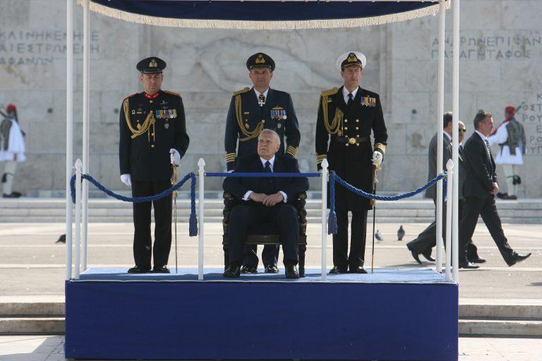 Παπούλιας προς στρατιωτικούς: «Σφίξτε τα δόντια να περάσουμε τη κρίση» | Newsit.gr
