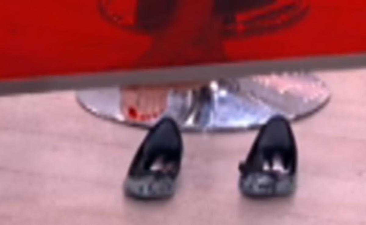 Ελληνίδα δημοσιογράφος είχε βγάλει τα παπούτσια της, ενώ παρουσίαζε! | Newsit.gr
