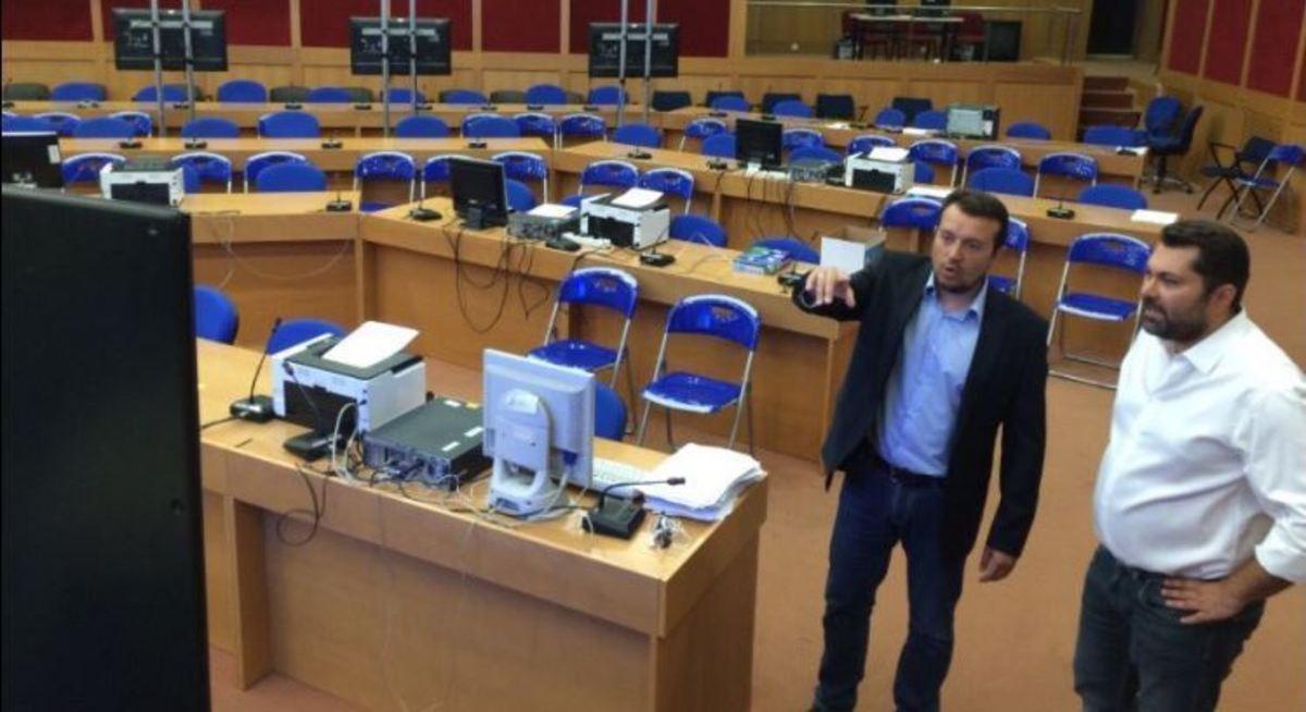 Ο Νίκος Παππάς επιβλέπει την… αρένα του διαγωνισμού για τις τηλεοπτικές άδειες [pics] | Newsit.gr