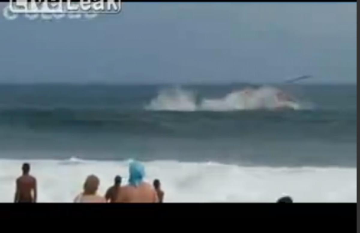 ΒΙΝΤΕΟ: ελικόπτερο πέφτει σε απόσταση αναπνοής από παραλία γεμάτη κόσμο! | Newsit.gr