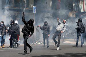 Άγρια επεισόδια στο Παρίσι σε πορεία κατά του Μακρόν και της Λε Πεν! [pics, vid]