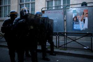 «Μακρόν, άδειασέ μας τη γωνιά» – Συλλήψεις κι επεισόδια σε Παρίσι και Ναντ
