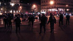 Η Λε Πεν έβαλε «φωτιά» στο Παρίσι – Νύχτα επεισοδίων [pics, vids]