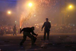 Πασχαλινά Έθιμα: Η μεγάλη φωτιά στην Άρτα και τα σπασίματα στο «Διαβολοπάζαρο» της Πρέβεζας