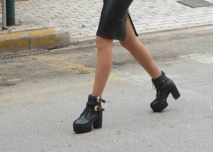 Η μαθήτρια που… κατάφερε να παρελάσει με αυτά τα παπούτσια! [pic]