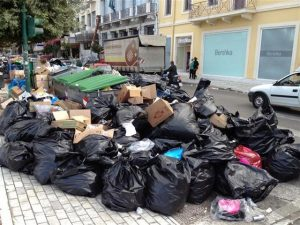 Μέσα στα σκουπίδια η Πάτρα