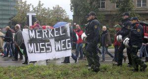 """""""Μέρκελ παραιτήσου πριν σε στείλουμε στην έρημο!"""" – Pegida – αστυνομία… συμμαχία"""