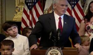 """Κλάμα! Ο μπόμπιρας που απαίτησε """"συγγνώμη"""" από τον αντιπρόεδρο των ΗΠΑ! [vid]"""