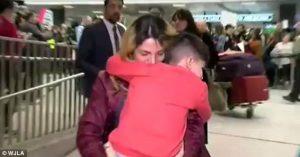 """Ο 5χρονος """"όμηρος"""" του Τραμπ επιστρέφει στην αγκαλιά της μαμάς του [vid]"""