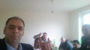 Ξάνθη: Περιφερειακός σύμβουλος του ΠΑΣΟΚ κάνει το σήμα των γκρίζων λύκων! [pic]