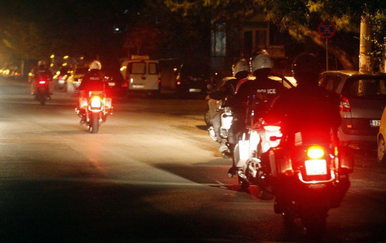 Αστυνομικοί πέταξαν κρoτίδα στο δρόμο χωρίς λόγο | Newsit.gr