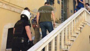 Χανιά: Στον εισαγγελέα οδηγήθηκε ο περιπτεράς που «ταμπουρώθηκε» στον ΟΚΑΝΑ