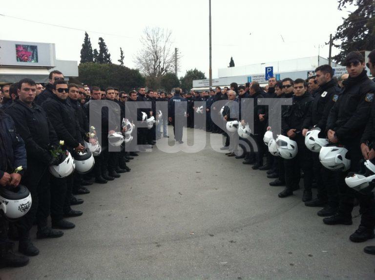 Στα μαύρα το Περιστέρι για την κηδεία του Ι. Ευαγγελινέλη – Τον αποχαιρέτησε χιλιάδες κόσμου ψάλλοντας τον Εθνικό 'Υμνο | Newsit.gr