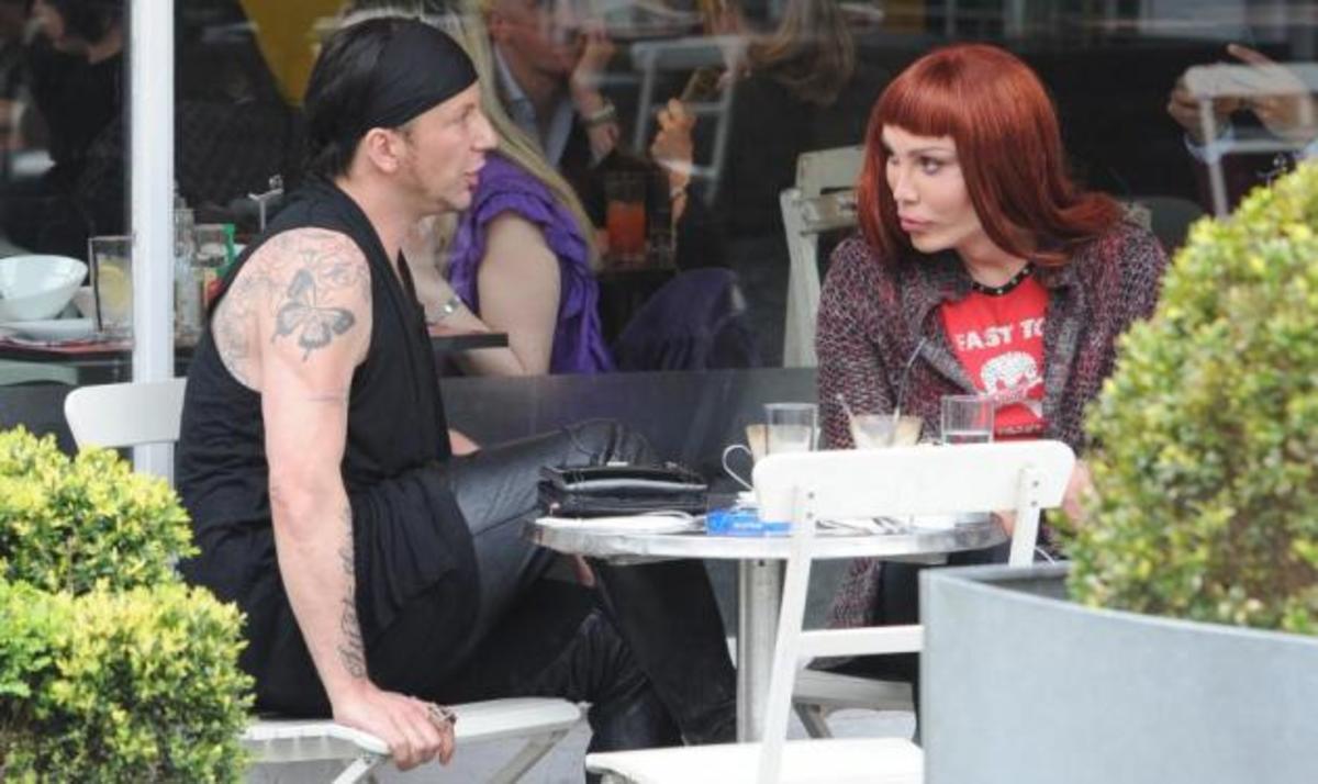 Γνωστός τραγουδιστής βγήκε για καφέ με τον σύζυγό του! Φωτογραφίες | Newsit.gr