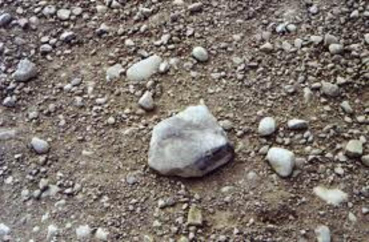 Πετούσαν πέτρες στα παρμπρίζ των αυτοκινήτων στην εθνική οδό – Έσπασαν το τζάμι ασθενοφόρου! | Newsit.gr