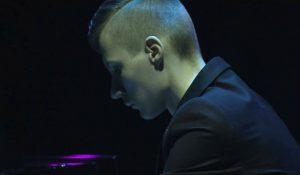 Αυτός ο νεαρός γεννήθηκε χωρίς δάχτυλα – Όταν τον ακούσετε να παίζει πιάνο, θα μείνετε άφωνοι (video)