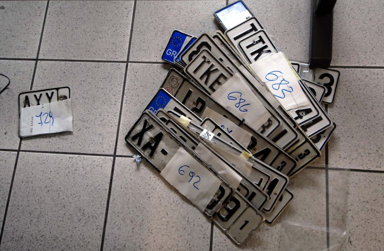 Οι πινακίδες στις εφορίες δεν θα καταστρέφονται πλέον | Newsit.gr