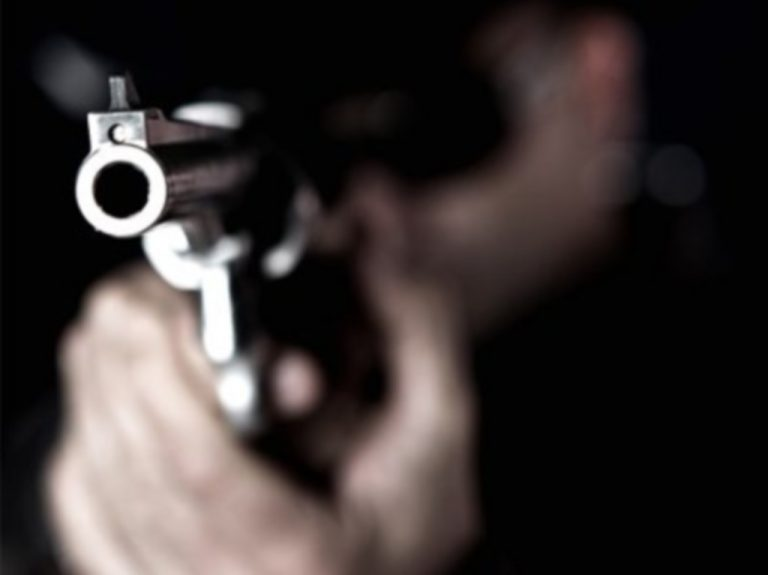 Ηράκλειο: Άρχισε να πυροβολεί γιατί τον ενοχλούσαν τα γέλια τους   Newsit.gr