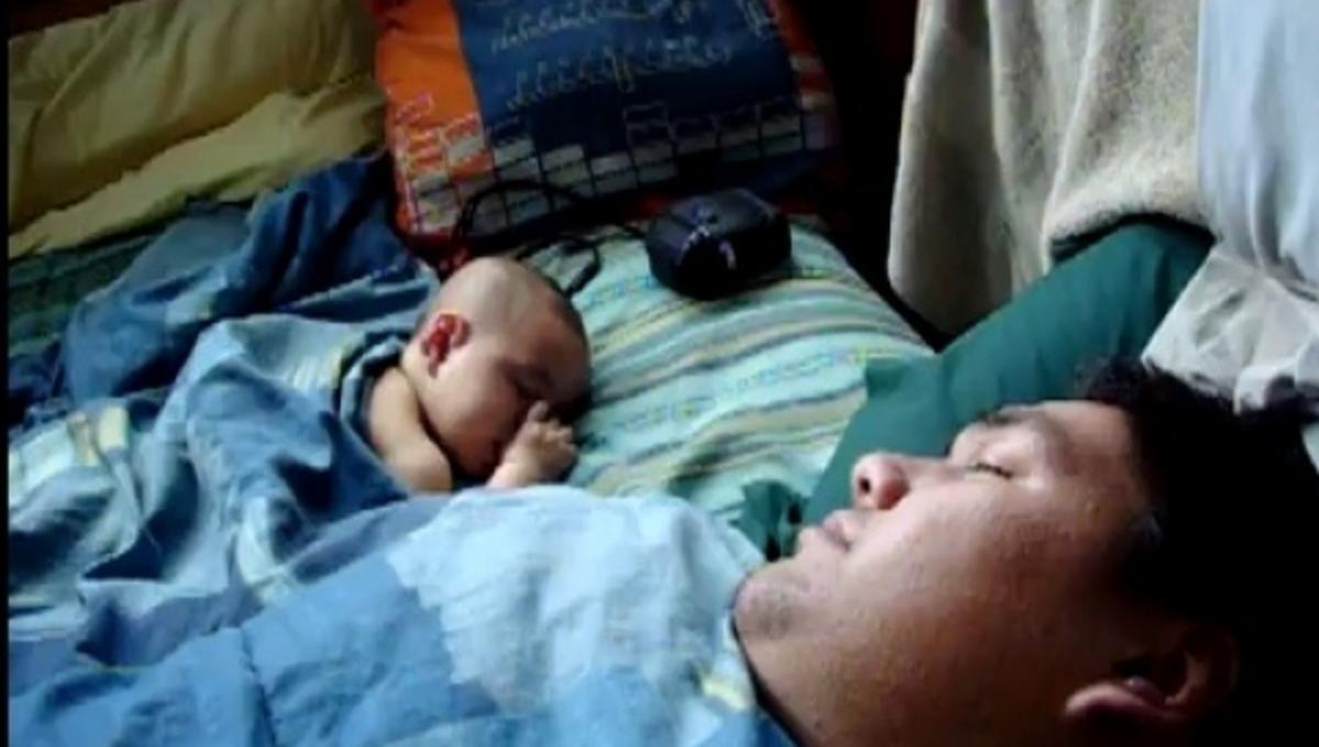 Το βαρύ ροχαλητό του πατέρα και ο άγρυπνος τρομαγμένος μπόμπιρας (VIDEO) | Newsit.gr