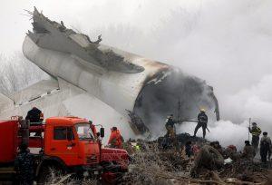 Αεροπορική τραγωδία στο Κιργιστάν: Το αεροπλάνο σύρθηκε πολλά μέτρα αφού έπεσε πάνω στα σπίτια [pics, vids]