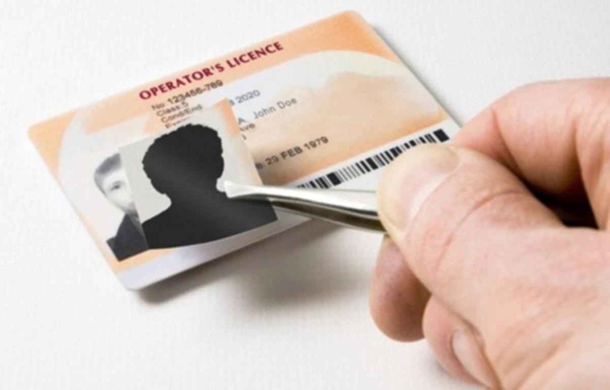 Το ταχυδρομικό δέμα είχε… κενές ταυτότητες! | Newsit.gr